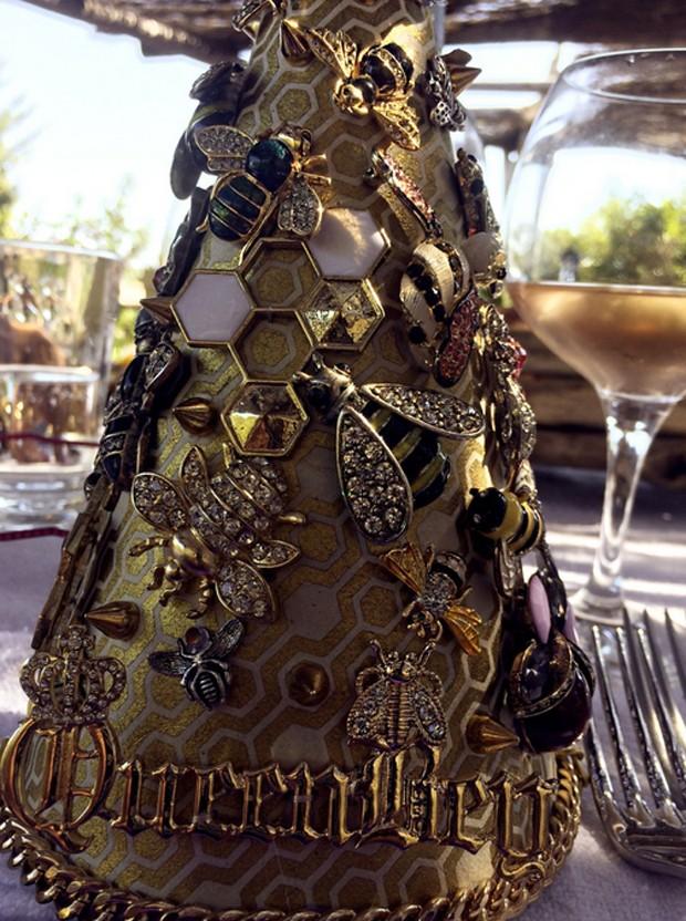 Detalhe do chapéu de aniverasário de Beyoncé incrustado de joias (Foto: Reprodução)