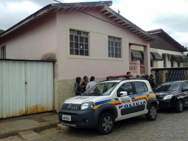 Homem é morto a facadas por suspeita de assédio a uma das filhas em Santana do Jacaré (Foto: Reprodução EPTV)