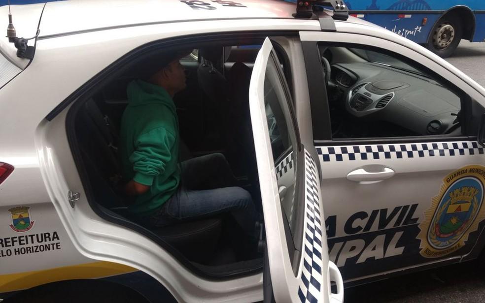 Elenilson dentro da viatura da Guarda Municipal. (Foto: Guarda Municipal/Divulgação)