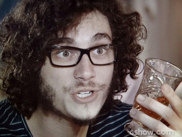 Felipe anda bebendo o uísque do pai às escondidas (Foto: Em Família/TV Globo)
