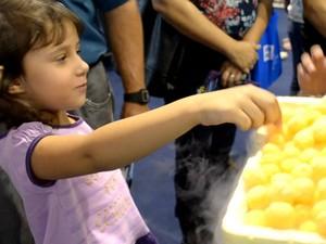 Larissa Tassi, de 6 anos, se divertiu com o salgadinho com nitrogênio (Foto: Stefhanie Piovezan/G1)