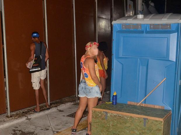 Foliões fazem xixi na rua em Salvador (Foto: Diogo Macedo/Ag Haack)