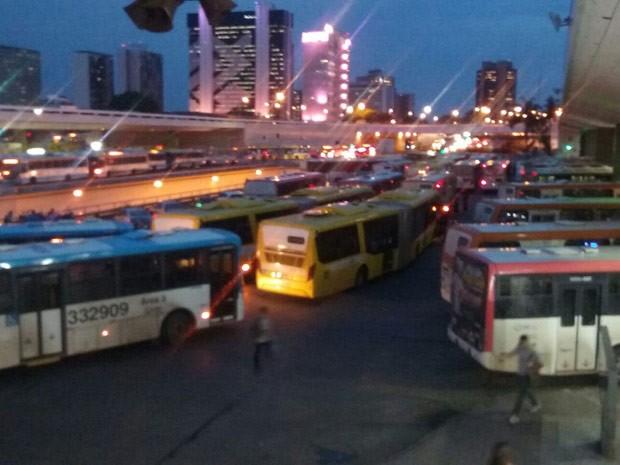 Ônibus bloqueiam saída da Rodoviária do Plano Piloto durante manifestação nesta quarta-feira (Foto: Isabella Formiga/G1)