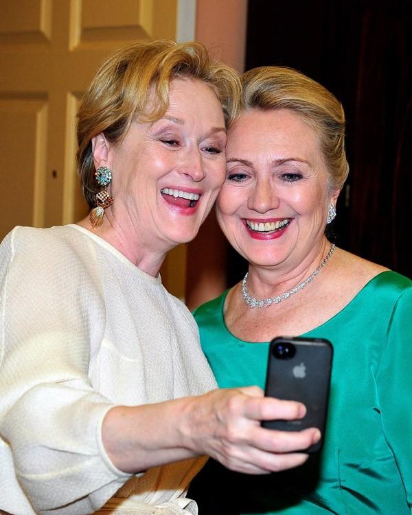 Meryl Streep, a rainha de Hollywood, e Hillary Clinton, a mulher mais poderosa do governo uniram forças nessa foto (Foto: Getty Images)