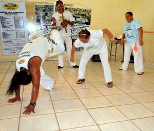 Grupo de Capoeira da Terceira Idade: o Fôlego e ânimo de dona Iracema desafiam até mesmo o professor (Foto: Nathacha Albuquerque)