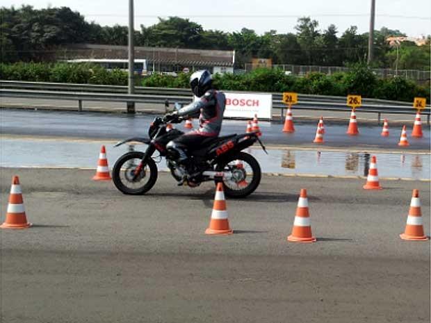 Piloto testa moto com freios ABS em pista da Bosch, em Campinas (Foto: Maurício Barbosa/G1 Campinas)