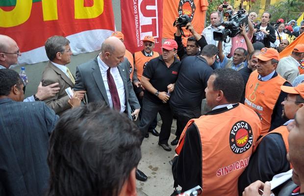 Sindicalistas protestam diante de deputados na entrada da Câmara contra projeto de terceirização (Foto: Laycer Tomaz / Agência Câmara)