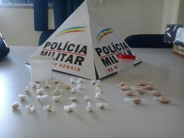 Suspeito tentou dispensar drogas no momento da prisão (Foto: Divulgação/PM)
