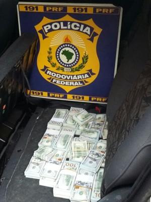 Dinheiro estava escondido no interior do veículo (Foto: PRF/Divulgação)