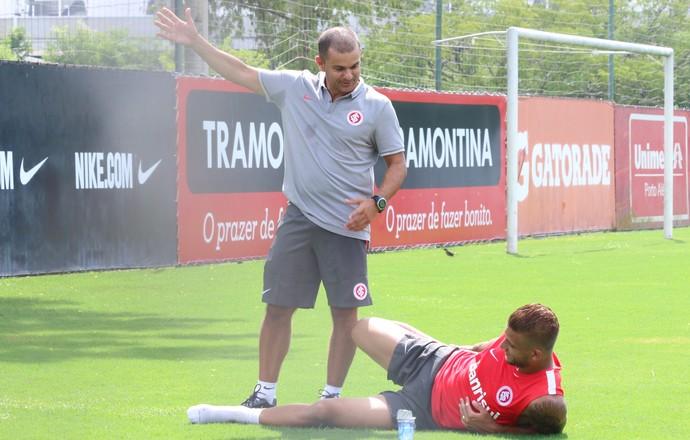 Rafael Moura faz alongamento após corrida (Foto: Eduardo Deconto/GloboEsporte.com)