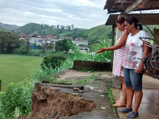 No bairro Colônia de Santo Antônio, em Barra Mansa, terra cedeu e derrubou quintal de casa, que foi interditada pela Defesa Civil (Foto: Cristiane Mendes/G1)