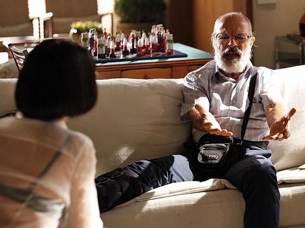Virgílio pede dinheiro a Melissa (Foto: Amor Eterno Amor/TV Globo)