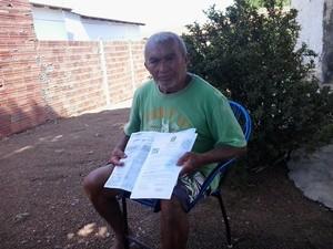 Amorim mostra a certidão que declara sua 'morte' (Foto: Cíntia Ribeiro/TV Anhanguera)