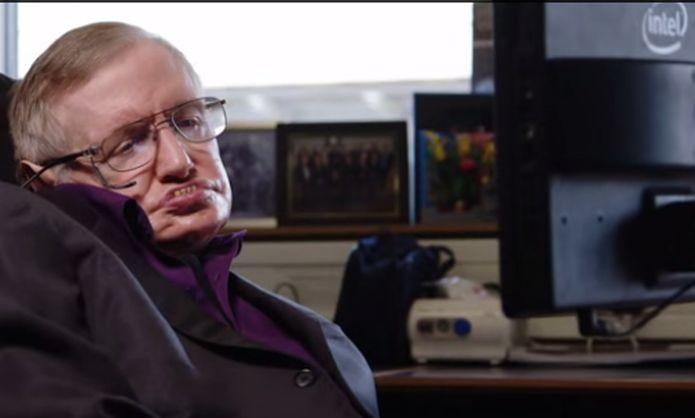 Stephen Hawking está promovendo cadeira de rodas da Intel (Foto: Reprodução/YouTube)