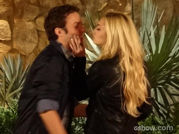 Megan dá um beijinho rápido no primo, que já ganha a noite (Foto: Geração Brasil/TV Globo)