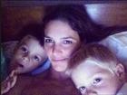 Fernanda Lima posa na cama com os gêmeos: 'Sobre ontem à noite'