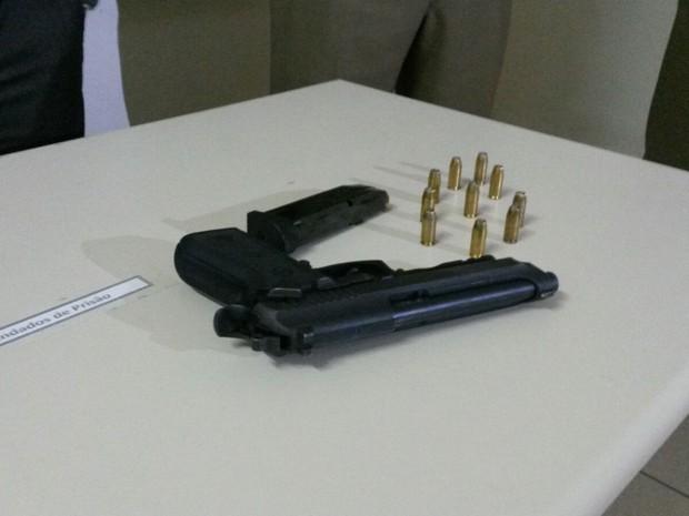 Com o adolescente, foram encontradas arma e munições do policial (Foto: Júlio Ettore/RBS TV)