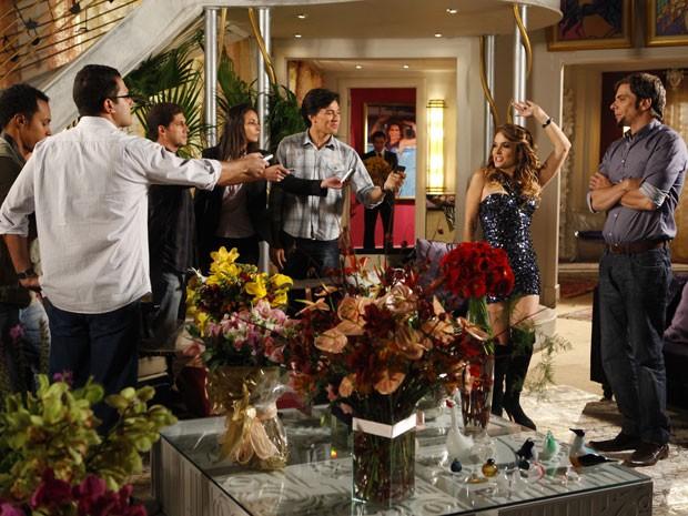 Chayene abre as portas para a imprensa (Foto: Cheias de Charme / TV Globo)