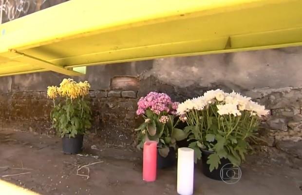 Família põe flores em ponto de ônibus onde garota foi morta por motociclista em GoIânia, Goiás (Foto: Reprodução/TV Anhanguera)