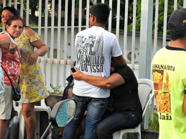 Familiares começaram a receber confirmação de mortes nesta segunda (2) (Foto: Ísis Capistrano/ G1 AM)