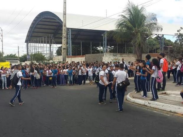 Após assalto dentro de escola, alunos protestam em Petrolina (Foto: Leciane Lima/ TV Grande Rio)
