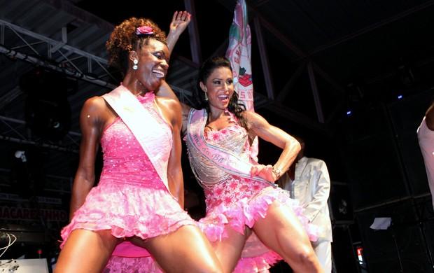 Gracyanne Barbosa com a rainha de bateria da Unidos de Jacarezinho (Foto: Henrique Oliveira/Photo Rio News)