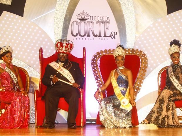 Da esquerda para a direita: a dançarina Cintia Mello, eleita 2ª Princesa; o  segurança Valter Pinto, coroado Rei Momo; a rainha, a  bailarina Theba Pitylla Ferreira da Rocha e a 1ª Princesa da corte,  a assistente de produção Kátia Salles.  (Foto: Vagner Campos/G1)