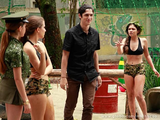 Antônio ignora a vencedora dos jogos de guerra e deixa a garota no vácuo (Foto: Ellen Soares / Malhação)