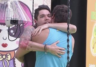 Nasser abraça Elieser, que venceu a prova do líder nesta sexta (25) no BBB 13 (Foto: Divulgação/TV Globo)