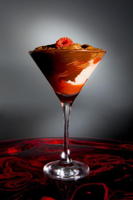 Vermelho: sorvete de framboesa com espuma de chocolate belga (Foto: Divulgação/ Rojo Criatividade Gourmet)