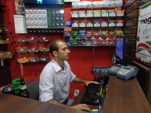 Calil vê mais movimento na loja de conveniências com fechamento das boates (Foto: Felipe Truda/G1)