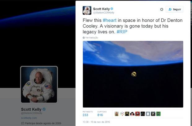 'Soltei este #coração no espaço em honra do Dr Denton Cooley. Um visionário se foi hoje, mas seu legado continua. #RIP', escreveu o astronauta Scott Kelley no Twitter ao homenagear o cardiologista americano que fez o primeiro transplante de um coração totalmente artiticial (Foto: Reprodução/Twitter/StationCDRKelly)