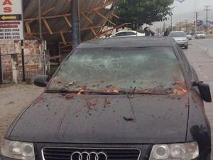 Audi foi atingido por telhado (Foto: Osvaldo Sagaz/RBS TV)