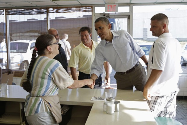 Obama cumprimenta garçonete no restaurante Ann's Place, en Akron, Ohio, nesta sexta (6); dona do estabelecimento morreu horas após visita do presidente (Foto: Kevin Lamarque / Reuters)
