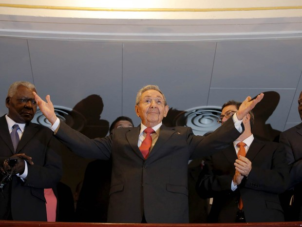 O presidente de Cuba, Raúl Castro, saúda o público na chegada para assistir ao discurso do presidente americano, Barack Obama, no Gran Teatro, em Havana (Foto: Carlos Barria/Reuters)