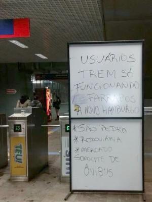 Placa improvisada avisa sobre alagamento no Trensurb em Porto Alegre (Foto: Fernando Oliveira/instagram @fernando_berthold)
