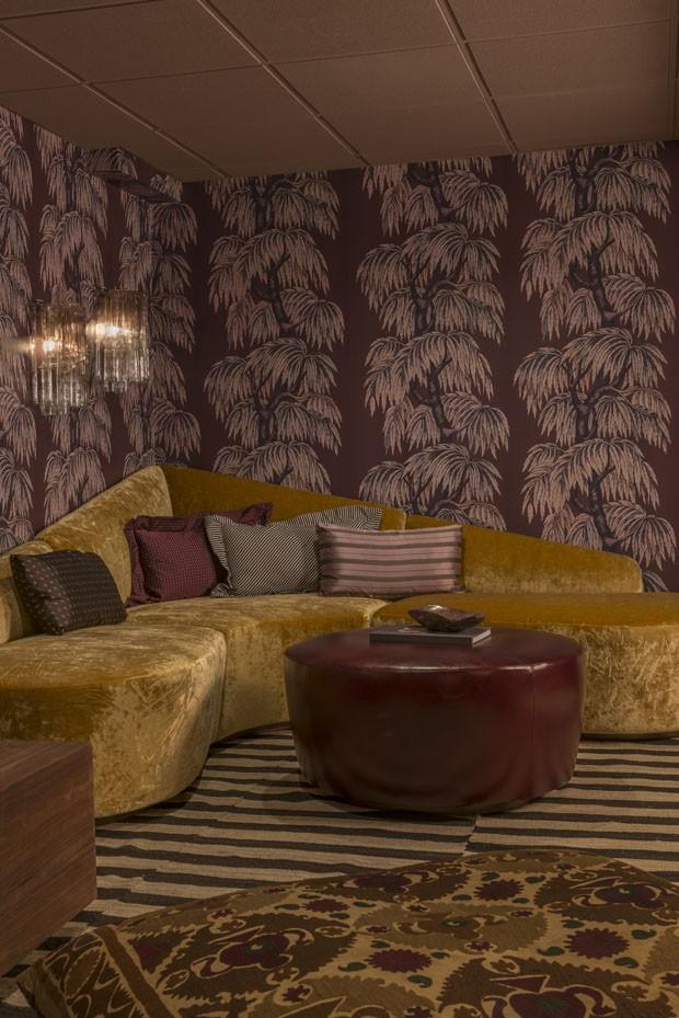 Décor do dia: sala de estar retrô com papel de parede e sofá de veludo (Foto: divulgação)
