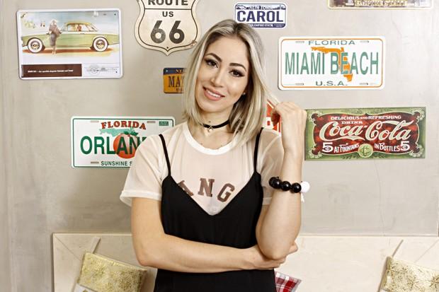 Carol Narizinho mostra parede decorada com placas de diversos lugares do mundo (Foto: Celso Tavares/EGO)