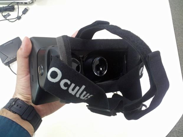 Apesar do tamanho, Oculus Rift é leve e confortável (Foto: Bruno Araujo/G1)