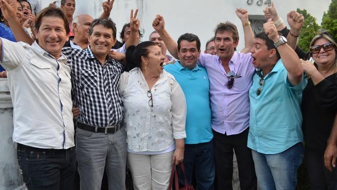 Amadeu Rodrigues e Nosman Barreiro comemoram vitória com Rosilene Gomes, José Renato e o vereador Dinho (Foto: Cadu Vieira / GloboEsporte.com/pb)