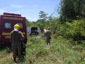 Corpo de Bombeiros foi acionado para ajudar no resgate das vítimas (Foto: Juliana Barros/G1)