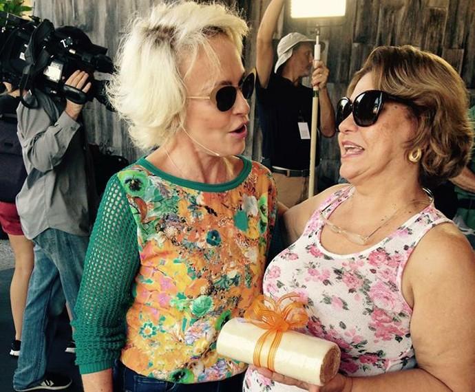 Ana Maria ganha bolo de rolo de Lusiana (Foto: Mais Você/TV Globo)