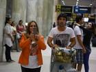 Susana Vieira tira foto de paparazzo em aeroporto no Rio