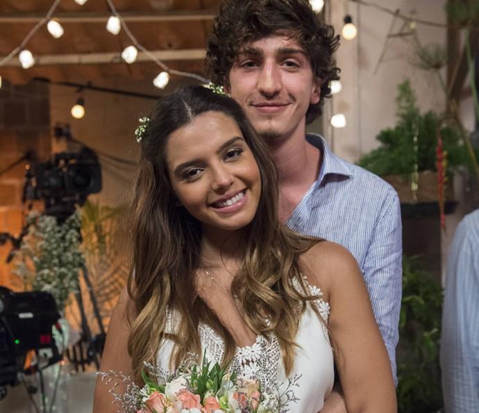 Ao lado de Johnny Massaro, Giovanna Lancellotti diz que se emocionou com casório de personagens (Foto: Globo/Estevam Avellar)