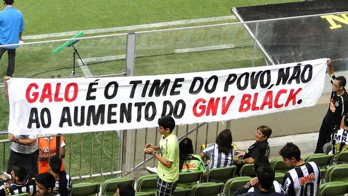 Torcedores do Atlético-MG exibem faixas de protesto (Foto: Leonardo Simonini)