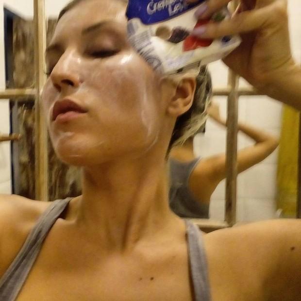 Pietra Príncipe se lambuza de creme de leite (Foto: Reprodução/Instagram)