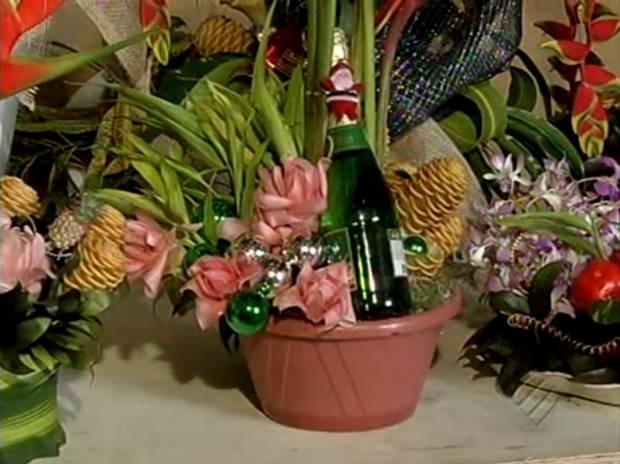 Pequenas produtoras aprendem a fazer arranjo natalino com flores tropicais. (Foto: Reprodução/TV Liberal)