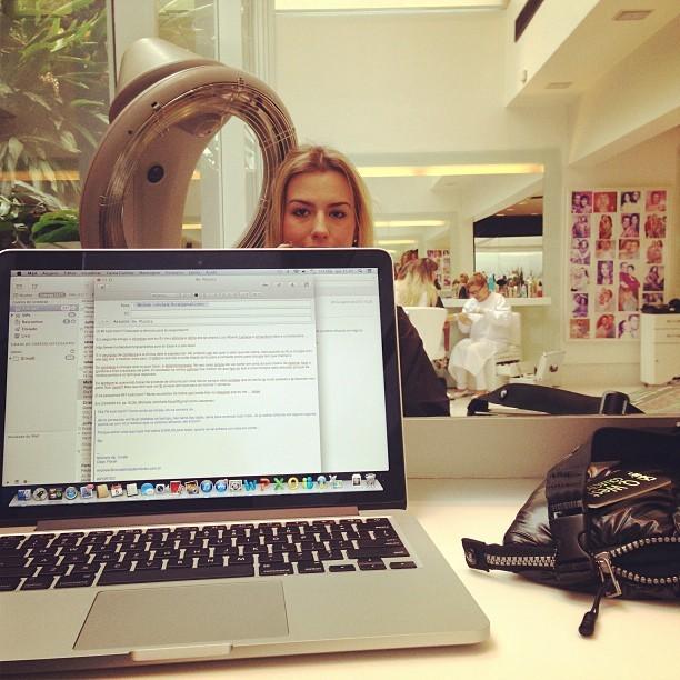 Ex-BBB Fernanda Keulla antes de mudar o visual em salão em São Paulo (Foto: Instagram/ Reprodução)