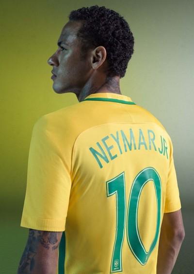 Neymar com a nova camisa da seleção brasileira (Foto: Divulgação / Nike)
