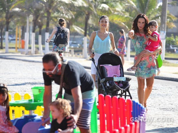 Na trama, Juliana, Guiomar e a pequena Bia vão ao parquinho (Foto: Pedro Curi/ TV Globo)